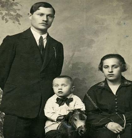 Vyděšené oči chlapečkovi fotograf později domaloval...