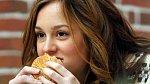 Leighton Meester hraje v seriálu o newyorské smetánce, ovšem takové dobroty si při natáčení dopřávat nemůže