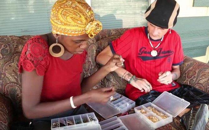 Nathan a Chelsea mají malou firmičku na výrobu šperků.