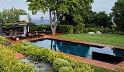 Bazén před domem je oáza klidu.