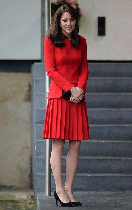 Červená Kate sluší.