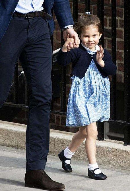 Na návštěvu do porodnice za bratříčkem Louisem si oblékla krásné modré šaty.