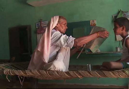 V Indii je zřejmě běžné, že matky pečují o děti i vě školním věku jakoby to byla batolata.