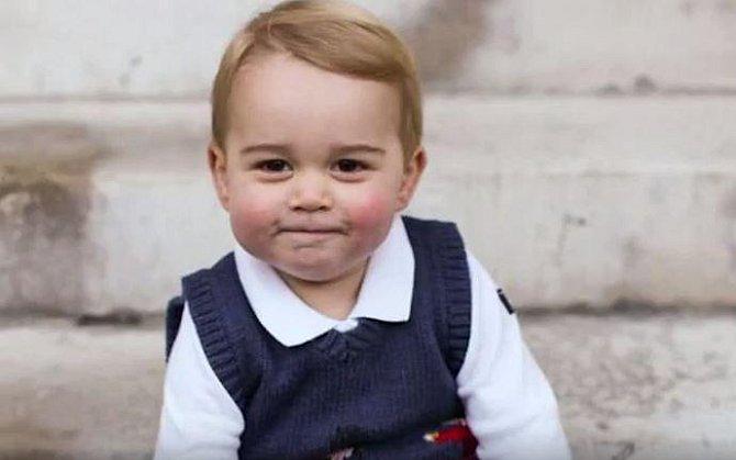 Prince George je synem Kate a Williama, následníka anglického trůnu. I on je možným budoucím králem Anglie.