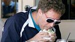 I komik Will Farrell neodolal a pořádně se do hamburgeru zakousl.