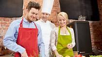 Jestliže je pro vás sport zakázané slovo, přihlašte se na nějaký kurz, kam se hrnou i muži. Vaření je dobrý příklad.