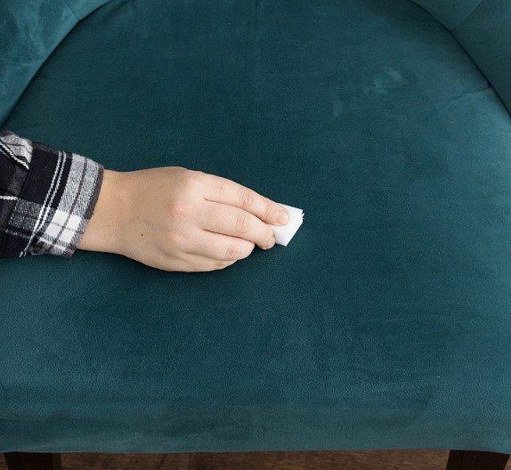Semišový nábytek dostane za pomoci gumy novou image.