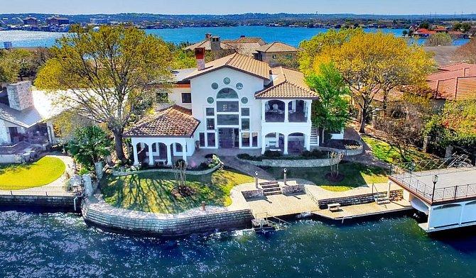 Dům v Texasu se nachází na jezeře.