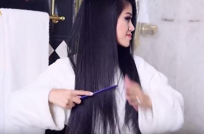 Rozčesejte si vlasy před tím, než půjdete do sprchy. Tím, že tak odstrníte všechny vypadlé vlasy, zamezíte ucpávání odpadu.