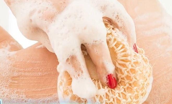 Nedrhněte své tělo víc než je nutné. Většina z nás není po celém dnu tak špinavá, aby na sebe musela kydnout půlku sprcháče. Stačí troška produktu a pár litrů vody.