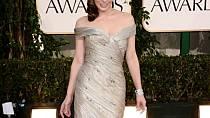Půvab Mily Jovovich tentokrát umocnily dlouhé tělo kopírující šaty rozšířené od úrovně kolen. Zajímavé náběry na horním dílu báječně doplňují ozdobné kamínky.