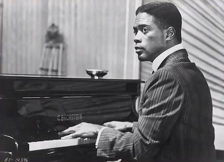 Howard Rollins (1950-1996) - Americký herec se nejvíc zapsal rolí černošského pianisty ve filmu Ragtime, režírovaném českým režisérem Milošem Formanem. Zemřel v roce 1996 na rakovinu lymfatických uzlin spojenou s HIV.