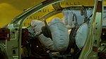 Airbag znemožnil matce dětí pohyb.