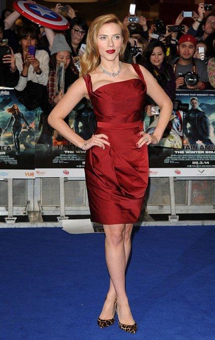 Na premiéře Kapitána Ameriky měla krásné červené šaty a ještě dlouhé blond vlasy.