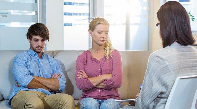 Díky párové terapii se zlepšuje schopnost komunikace a posilují se empatie mezi partnery