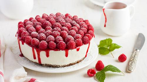 Malinovo-tvarohový dort s ovocem: Ideální do horkého počasí