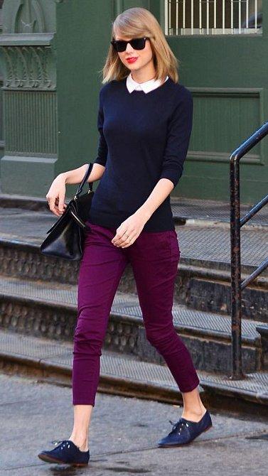 Taylor Swift a její volnočasový outfit v preppy stylu.