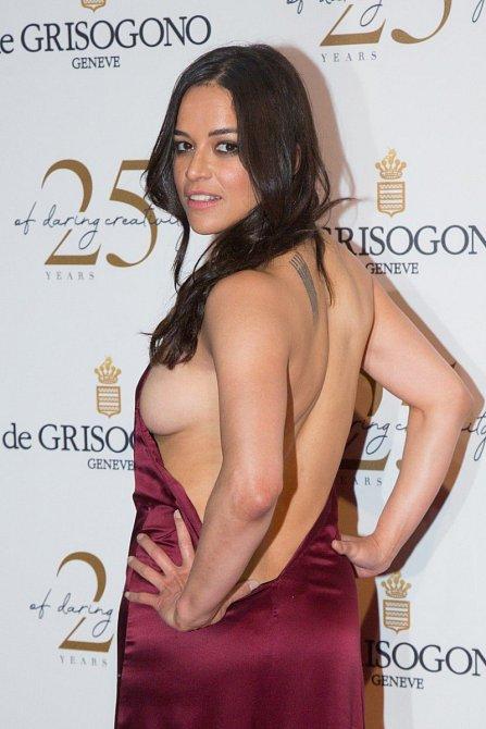 Herečka Michelle Rodriguez měla na De Grisogono party v Antibes co dělat, aby uhlídala své vnady v odvážných šatech.