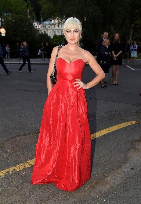 """Barbara Nesvadbová oblékla šaty ve stylu """"neurazí, nenadchne"""". Červená jí ale coby blondýnce sluší, tak proč ne."""