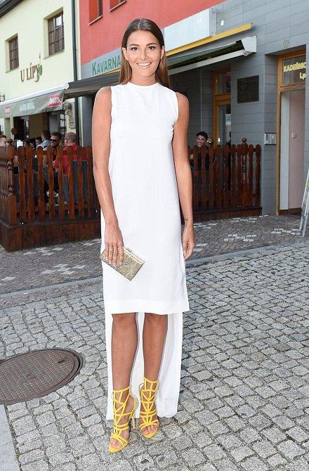 Nikol oblékla velmi efektní model! Zadní část šatů v délce až na zem kontrastuje s krátkou přední stranou, kde mají hlavní slovo jasně žluté střevíce. Velká paráda!