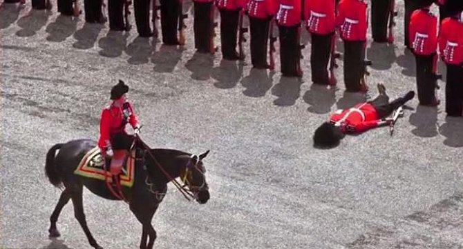 Tento člen britské královské gardy nevydržel vypětí spojené s přehlídkou pořádanou pro samotnou královnu Alžbětu II. a velmi horké počasí. Omdlel přímo v okamžiku, kdy jej míjela Alžběta na koni.
