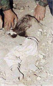 Mrtvou dívku zalili muži do betonu.