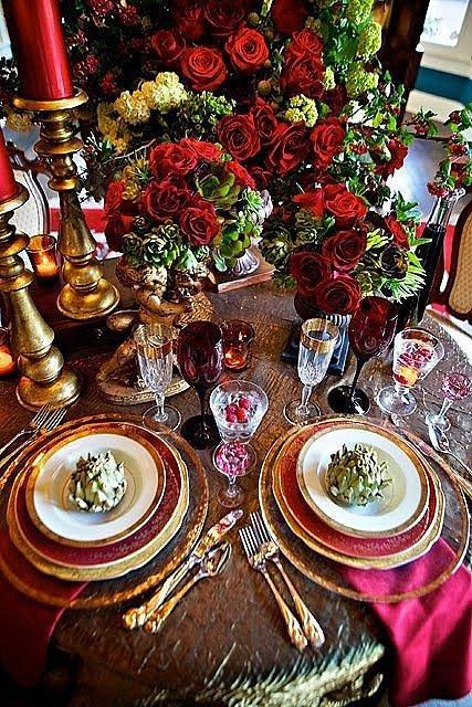 Není nutné se u vánoční tabule držet jen vánočních motivů. Růže vypadají krásně i na Vánoce.