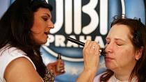 Monika při nanášení podkladové báze a make-upu
