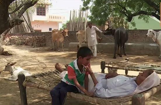 Omkari Panwar porodila v 70 letech zdravá dvojčata! Jak se rodině po letech daří?
