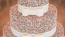 Velmi působivé zdobění svatebního dortu.