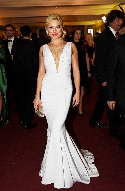 Eva Perkausová si může bílé šaty na tělo s přehledem dovolit. Vypadala famózně!