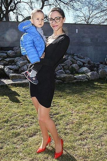 Krásná Eva Burešová porodila loni v létě svého prvního syna. Ovšem rodinná idylka nevydržela Evě dlouho, otec dítěte je opustil a ona teď musí vše zvládnout sama.