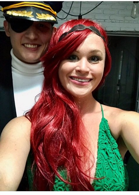 Taryn se snoubencem na Halloween.