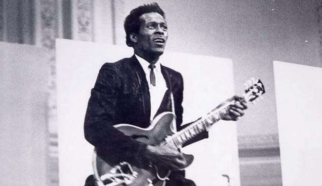 Chuck Berry si pořídil restauraci, na tom by jistě nebylo nic divného, muzikant si ale navíc pořídil i několik kamer, kterými natáčel veškeré dění na dámských toaletách. V jeho domě se našlo velké množství kazet plných záběrů...