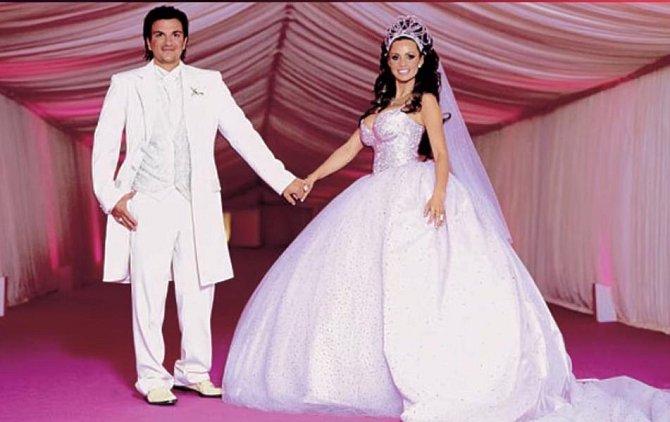 Katie Price měla na svatbě s Peterem Andrem růžové šaty. S těmi spodničkami a čelenkou to ale trochu přehnala.
