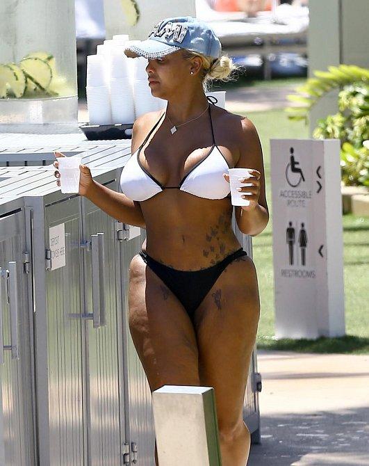 Modelka a reality star Kim 'Kimbella' Vanderhee vyrazila k bazénu v Miami a ukázala celulitidu v pokročilé fázi.