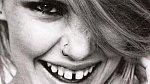 Je skutečným mýtem, že se mužům na ženách líbí vybělené rovné úsměvy. Naopak! Muži na ženách oceňují nedokonalosti, jako třeba mírně křivé zuby, mezírky, nebo malý předkus. Díky nim jste totiž originální a oni si vás spíše v té záplavě tuctovosti všimnou.
