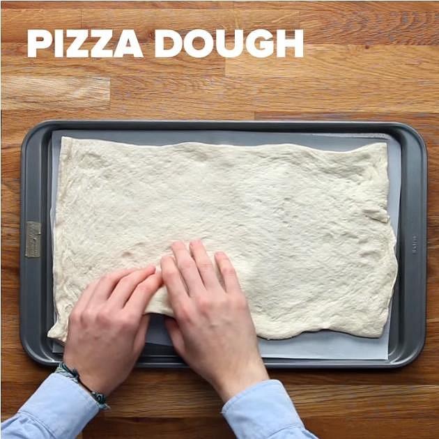 Nejprve si dejte těsto na pizzu na plech vyložený pečícím papírem. Peče se při 200 °C 10 minut.