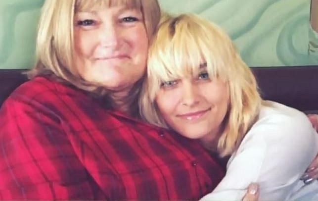 Paris Michael Katharine s matkou, se kterou ji sblížila matčina vážná nemoc. Debbie bojovala s rakovinou.