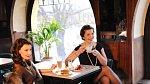 Jana (vpravo): Šaty Onavi 16 990 Kč, náušnice 1 099 Kč, náhrdelník 2 399 Kč, náramek 2 999 Kč (vše Dyrberg/Kern), lodičky De Roterd 5 290 Kč. Katka: Šaty, DvF, 5 990 Kč, kožešinová vesta Theory 13