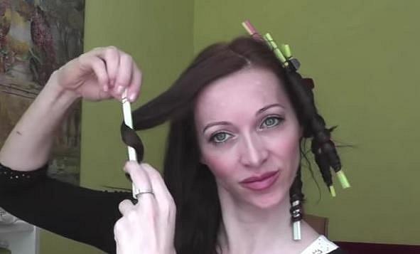Postupně si tak natočte všechny vlasy.