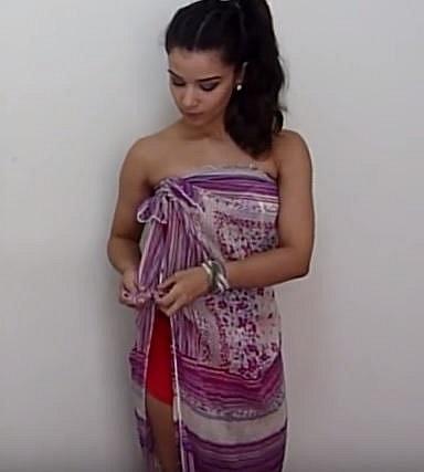 A postupně k sobě uvazujte šátek po celé délce.