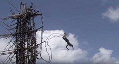 V tomto kmeni je nutné dospět skokem z věže a to tak, aby se hlava dotýkala země...