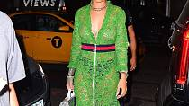 Rihanna - V šatech od Gucciho za 3500 dolarů a samozřejmě bez poprsenky si vyšla zpěvačka do ulic New Yorku.