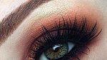 Nádhera! Oranžovozlaté líčení vytáhlo modrou barvu očí a se zbytkem krásně ladí.