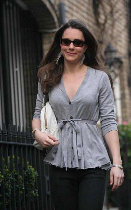 Kate v dubnu 2007 nezvládla tlak médií a s Williamem se rozešli.