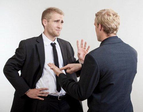 Kolega v práci smrdí? Tohle mu řekněte