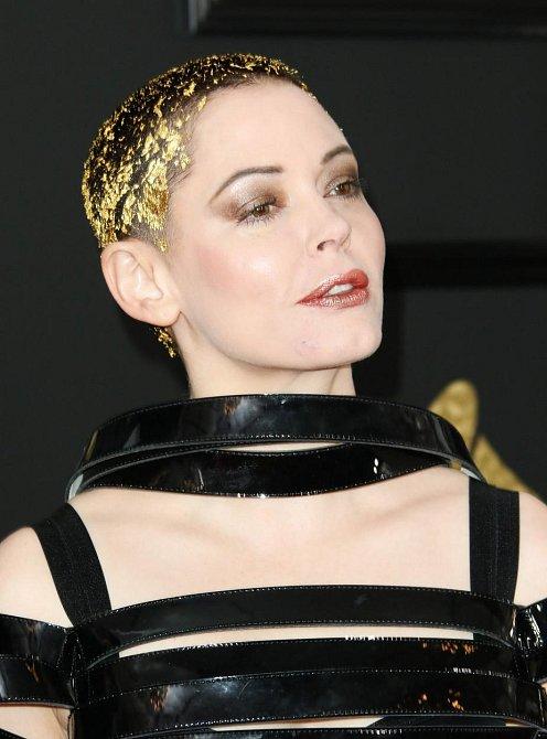 Účesy celebrit na udílení cen Grammy 2017 - Rose McGowan