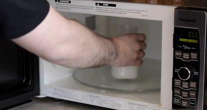 Poté sklenici otevřete a mléko dejte na 30 vteřin ohřát do mikrovlnky.