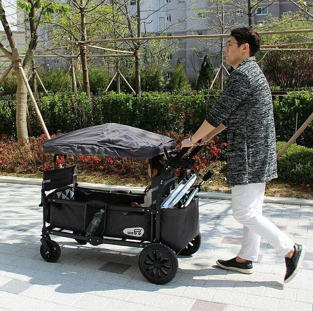 """K vození dětí používají místo kočárků spíše tyto """"vagóny"""", ve kterých si děti hrají a mohou v nich také pohodlně spát."""